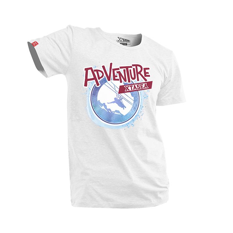 f85454252135f Playera para hombre blanca con estampado en rojo y azul tipo acuarela con frase  Adventure XTASEA